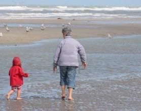 10290625-abuela-y-nieta-caminando-por-la-playa-con-los-pies-en-el-agua