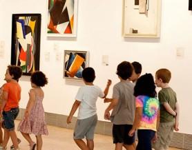 Niños en museo