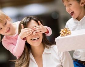 -madre-recibiendo-regalo